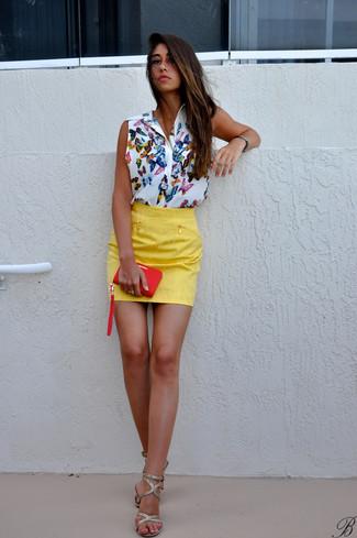 Considera emparejar una blusa sin mangas estampada blanca con una minifalda amarilla para un look diario sin parecer demasiado arreglada. Con el calzado, sé más clásico y opta por un par de sandalias de tacón de cuero doradas.
