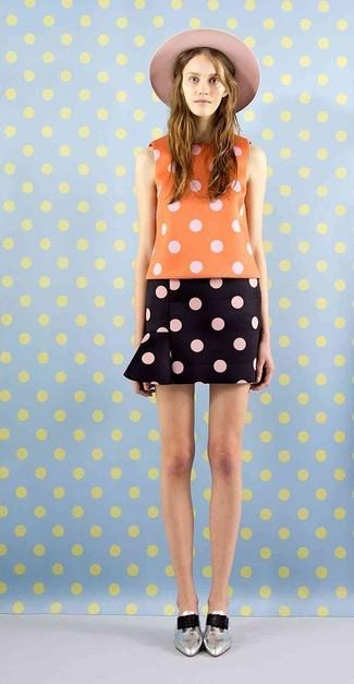 Una blusa sin mangas a lunares naranja y una minifalda a lunares negra son una opción muy buena para el fin de semana. ¿Te sientes ingenioso? Dale el toque final a tu atuendo con zapatos oxford de cuero plateados.