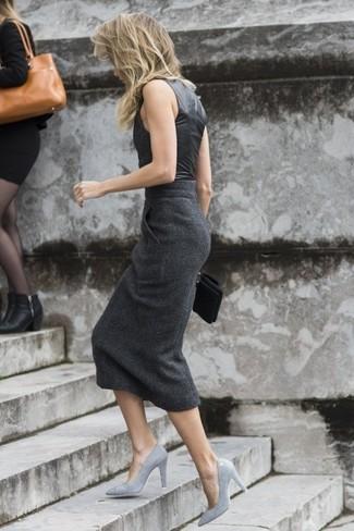Una blusa sin mangas de cuero negra y una falda midi en gris oscuro son el combo perfecto para llamar la atención por una buena razón. Zapatos de tacón de cuero grises añaden la elegancia necesaria ya que, de otra forma, es un look simple.