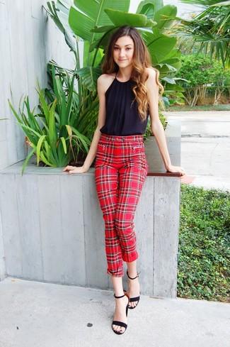 Cómo combinar: blusa sin mangas negra, pantalones pitillo de tartán rojos, sandalias de tacón de ante negras