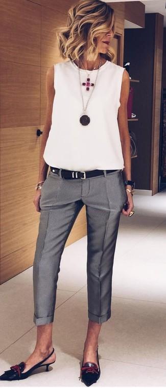 Haz de una blusa sin mangas de gasa blanca y un pantalón de vestir gris tu atuendo para conseguir una apariencia glamurosa y elegante. ¿Por qué no ponerse zapatos de tacón de cuero negros a la combinación para dar una sensación más clásica?