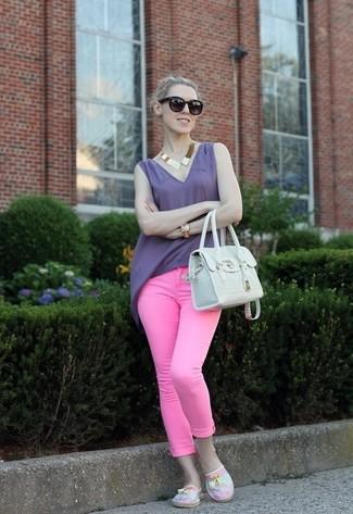 Considera ponerse una blusa sin mangas en violeta y unos vaqueros pitillo rosa de J Brand para conseguir una apariencia glamurosa y elegante. ¿Te sientes valiente? Completa tu atuendo con alpargatas de lona rosadas.