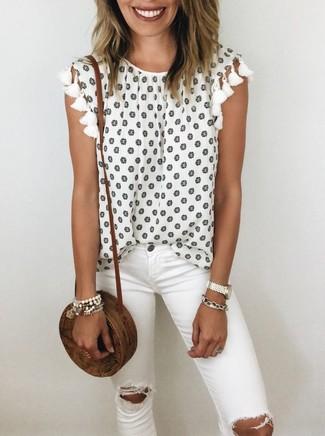 Cómo combinar: blusa sin mangas con print de flores blanca, vaqueros pitillo desgastados blancos, bolso bandolera de paja marrón, pulsera blanca