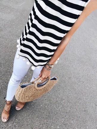 Cómo combinar: blusa sin mangas de rayas horizontales en blanco y negro, vaqueros pitillo desgastados blancos, sandalias con cuña de cuero marrónes, bolsa tote de paja marrón claro