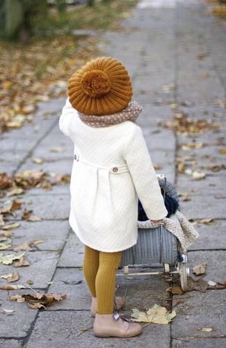 Cómo combinar: bufanda en beige, boina mostaza, botas safari en beige, abrigo blanco