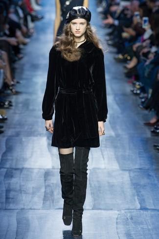 Cómo combinar: gargantilla dorada, boina de cuero negra, botas sobre la rodilla de ante negras, vestido recto de terciopelo negro