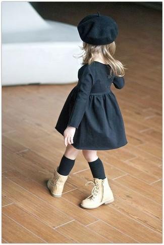 Cómo combinar: calcetines negros, boina negra, botas marrón claro, vestido negro
