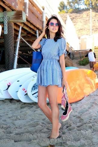 Cómo combinar: gafas de sol rosa, bolsa tote de cuero azul, sandalias con cuña de lona rosa, vestido skater celeste