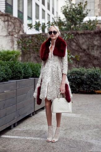 Cómo combinar: bufanda de pelo burdeos, bolsa tote de cuero blanca, botines de encaje grises, abrigo de encaje gris