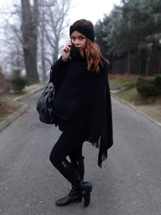 Cómo combinar: cinta para la cabeza de punto negra, bolsa tote de cuero negra, botas de caña alta de cuero negras, poncho negro
