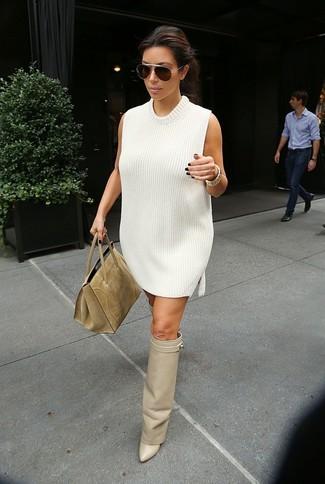 Combinar un vestido jersey blanco: Opta por un vestido jersey blanco para una vestimenta cómoda que queda muy bien junta. Botas sobre la rodilla de cuero en beige son una opción grandiosa para complementar tu atuendo.