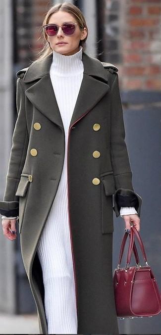 Cómo combinar: gafas de sol burdeos, bolsa tote de cuero burdeos, vestido jersey blanco, abrigo verde oliva