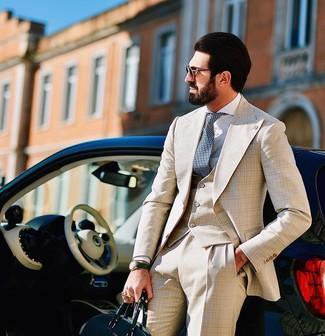 Cómo combinar: corbata a lunares en azul marino y blanco, bolsa tote de cuero verde oscuro, camisa de vestir blanca, traje de tres piezas de tartán en beige