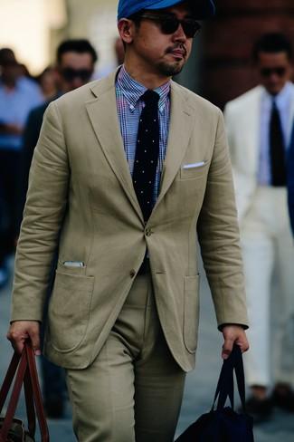 Combinar un pañuelo de bolsillo celeste: Usa un traje en beige y un pañuelo de bolsillo celeste para una apariencia fácil de vestir para todos los días.