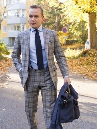Combinar un traje: Considera ponerse un traje y una camisa de vestir celeste para rebosar clase y sofisticación.