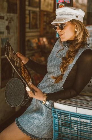 Combinar una bolsa tote de paja negra: Un pichi de tweed gris y una bolsa tote de paja negra son una opción estupenda para el fin de semana.
