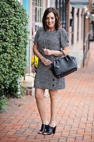 Cómo combinar: pulsera plateada, bolsa tote de cuero negra, chinelas de cuero negras, vestido recto de tweed gris