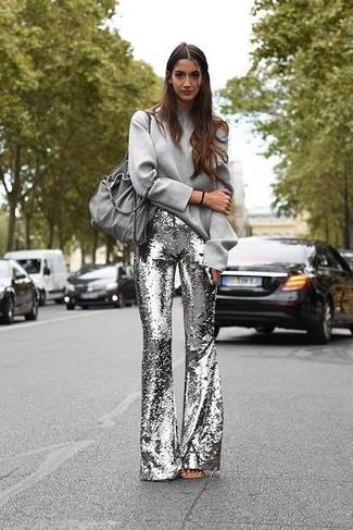 Look de moda: Bolsa tote de ante gris, Pantalón de campana de lentejuelas plateado, Sudadera gris