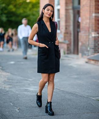 Cómo combinar: bolsa tote de cuero burdeos, botines de cuero negros, vestido de esmoquin negro