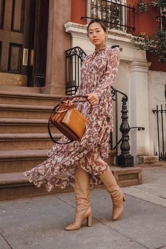 Cómo combinar: bolsa tote de cuero en tabaco, botas de caña alta de cuero marrón claro, vestido largo de paisley burdeos