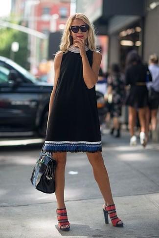 Cómo combinar: bolsa tote de cuero negra, sandalias de tacón de cuero rojas, vestido recto bordado negro