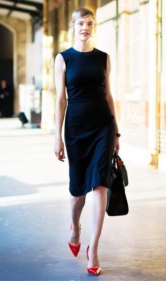 Cómo combinar: bolsa tote de cuero negra, zapatos de tacón de cuero rojos, vestido tubo azul marino