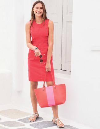 Cómo combinar: bolsa tote de cuero roja, sandalias de dedo de cuero blancas, vestido tubo rojo