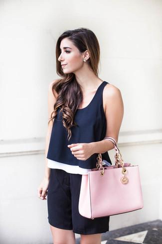 Cómo combinar: bolsa tote de cuero rosada, bermudas de seda negras, blusa sin mangas azul marino