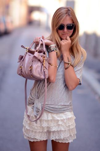 Cómo combinar: bolsa tote de cuero rosada, minifalda de encaje con volante blanca, camiseta con cuello circular gris