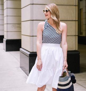 Cómo combinar: bolsa tote de paja de rayas horizontales negra, falda midi plisada blanca, camiseta sin manga de rayas verticales en blanco y negro
