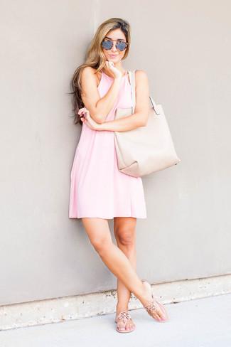 Combinar unas gafas de sol grises: Emparejar un vestido amplio rosado con unas gafas de sol grises es una opción incomparable para el fin de semana. Si no quieres vestir totalmente formal, complementa tu atuendo con sandalias de dedo de cuero en beige.