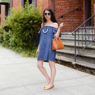 Combinar un vestido con hombros al descubierto azul: Elige un vestido con hombros al descubierto azul transmitirán una vibra libre y relajada. Bailarinas de cuero doradas son una opción atractiva para completar este atuendo.