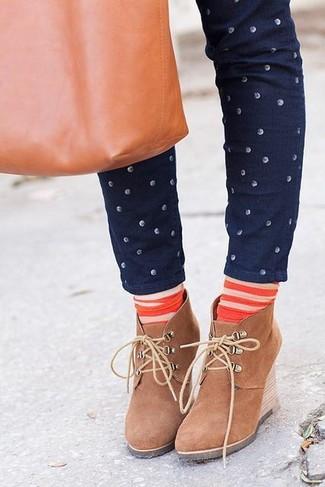 Cómo combinar: calcetines de rayas horizontales naranjas, bolsa tote de cuero en tabaco, botines con cuña de ante marrón claro, vaqueros pitillo a lunares azul marino