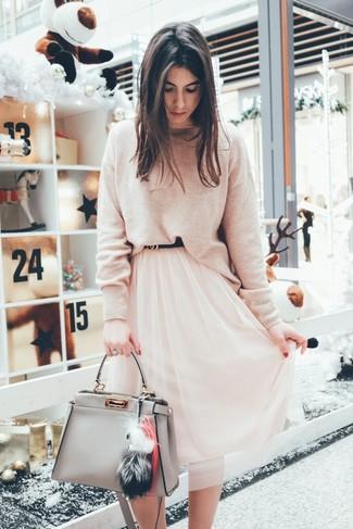 Cómo combinar: correa de cuero negra, bolsa tote de cuero gris, falda midi de gasa rosada, jersey con cuello circular en beige
