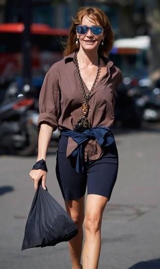 Cómo combinar: gafas de sol azul marino, bolsa tote de lona negra, mallas ciclistas azul marino, camisa de vestir marrón