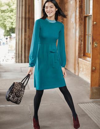 Cómo combinar: medias en gris oscuro, bolsa tote de ante de leopardo marrón, botines de ante burdeos, vestido jersey en verde azulado