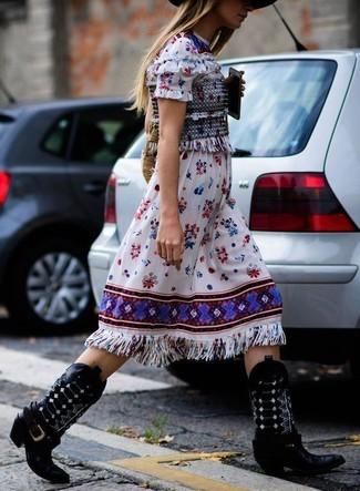 Cómo combinar: sombrero de lana negro, bolsa tote de paja marrón claro, botas camperas de cuero negras, vestido midi bordado blanco