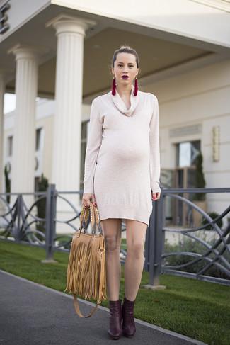 Cómo combinar: pendientes burdeos, bolsa tote de cuero сon flecos marrón claro, botines de cuero burdeos, vestido jersey en beige