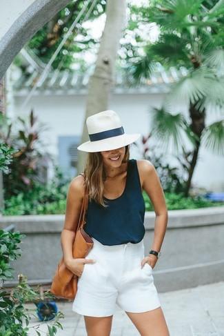 Cómo combinar: sombrero de paja blanco, bolsa tote de cuero marrón claro, pantalones cortos blancos, camiseta sin manga azul marino