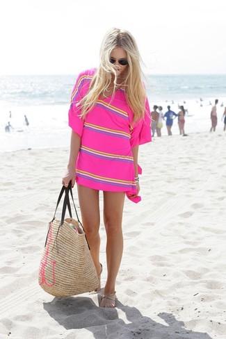 Cómo combinar: gafas de sol negras, bolsa tote de paja marrón claro, sandalias de dedo de cuero en beige, túnica playera de rayas horizontales rosa