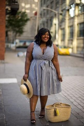 Cómo combinar: sombrero de paja marrón claro, bolsa tote de paja marrón claro, sandalias de tacón de ante negras, vestido midi de cuadro vichy en blanco y negro