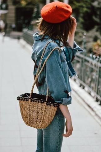 Cómo combinar: boina roja, bolsa tote de paja marrón claro, vaqueros azules, chaqueta vaquera azul