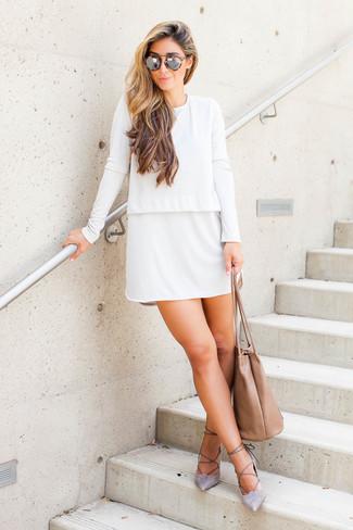 Cómo combinar: gafas de sol de leopardo marrón claro, bolsa tote de cuero marrón claro, zapatos de tacón de ante grises, vestido recto blanco