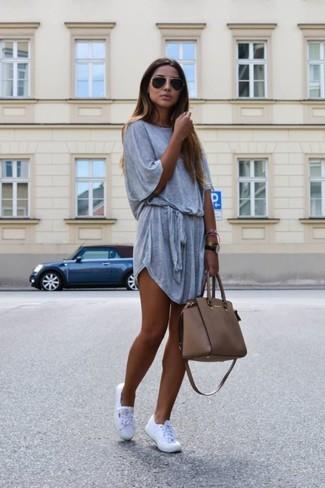 Combinar una bolsa tote de cuero marrón: Un vestido casual gris y una bolsa tote de cuero marrón son una opción atractiva para el fin de semana. Agrega tenis blancos a tu apariencia para un mejor estilo al instante.