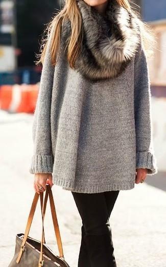 Cómo combinar: bufanda de pelo marrón, bolsa tote de cuero marrón, vaqueros negros, jersey oversized gris