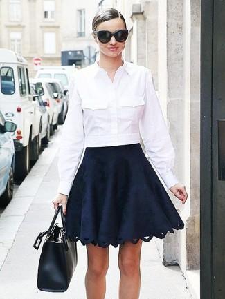 Cómo combinar una camisa de vestir blanca con una falda skater negra ... bd9bee562e5b