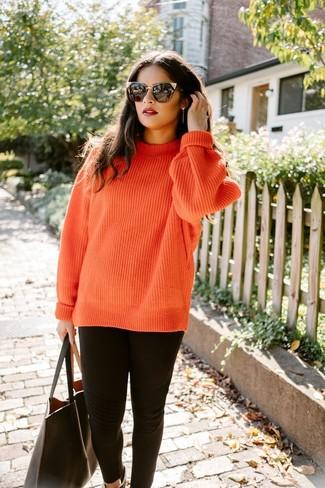 Cómo combinar: gafas de sol negras, bolsa tote de cuero negra, leggings negros, jersey de ochos de punto naranja