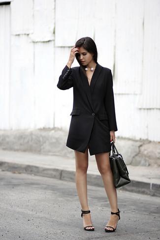 Cómo combinar: collar de perlas blanco, bolsa tote de cuero negra, sandalias de tacón de cuero negras, vestido de esmoquin negro