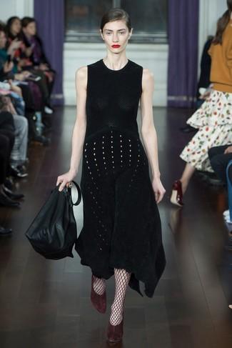 Cómo combinar: medias de red burdeos, bolsa tote de cuero negra, zapatos de tacón de ante burdeos, vestido midi de punto negro
