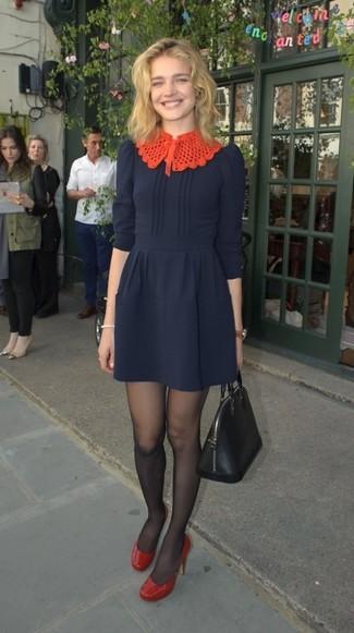 Cómo combinar: medias negras, bolsa tote de cuero negra, zapatos de tacón de cuero rojos, vestido de vuelo azul marino